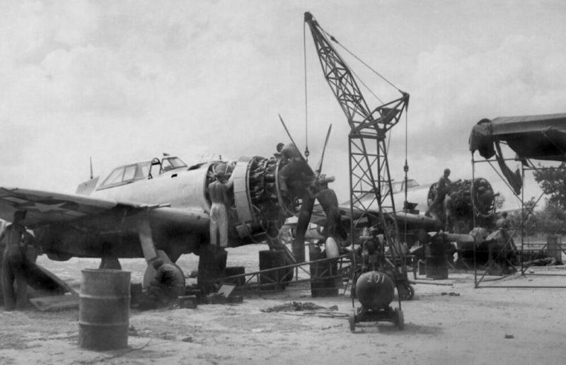 Ремонт самолета на авиабазе 201-й эскадрильи. 1945 г.