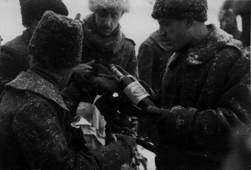 Итальянские солдаты с бутылкой коньяка на привале на Восточном фронте. Ноябрь 1942 г.