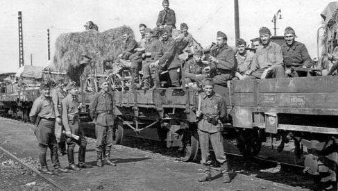 Солдаты 101-го инженерного батальона - на пути на Восточный фронт. 1944 г.