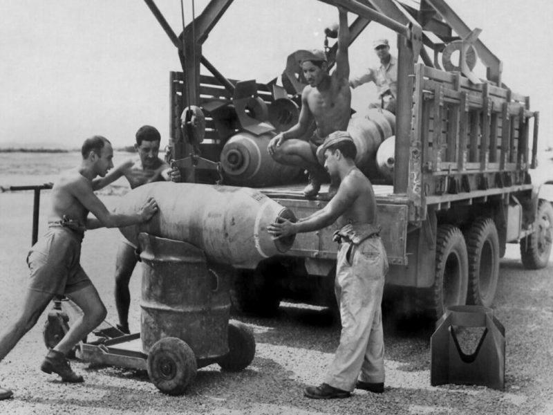 Доставка бомб к самолетам. 1945 г.