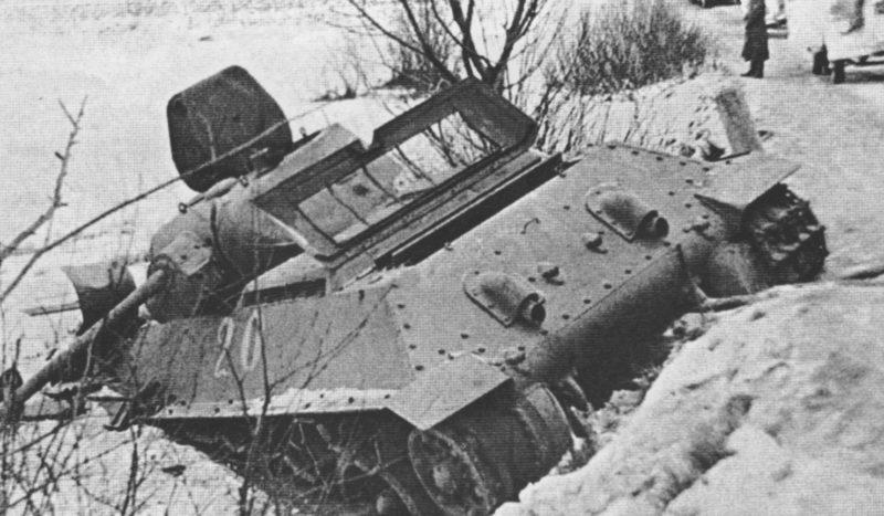 Подбитый танк на Можайском направлении. Январь 1942 г.