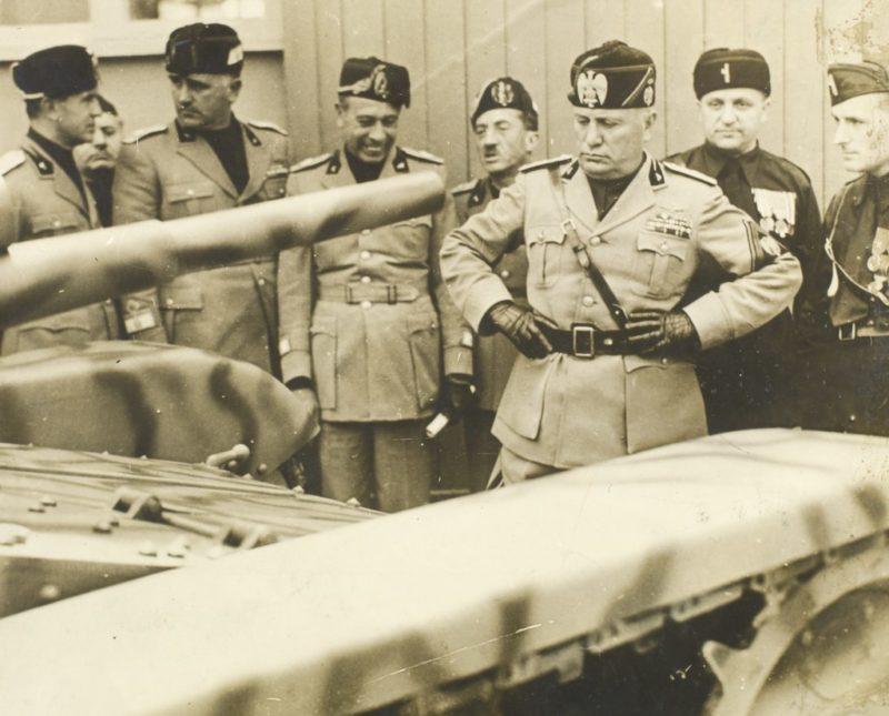 Бенито Муссолини на осмотре бронетехники. 1939 г.