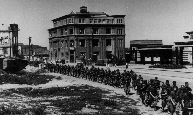 Итальянские солдаты в оккупированном Ворошиловграде. Декабрь 1942 г.