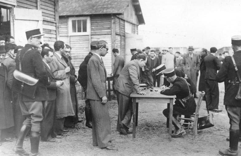 Регистрация вновь прибывших евреев в лагерь Луары. Август 1941 г.