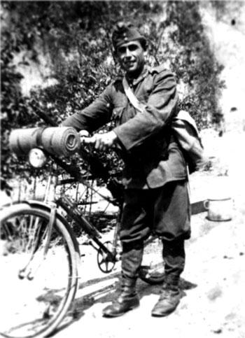 Венгерский велосипедист во время битвы за Торду. 1944 г.