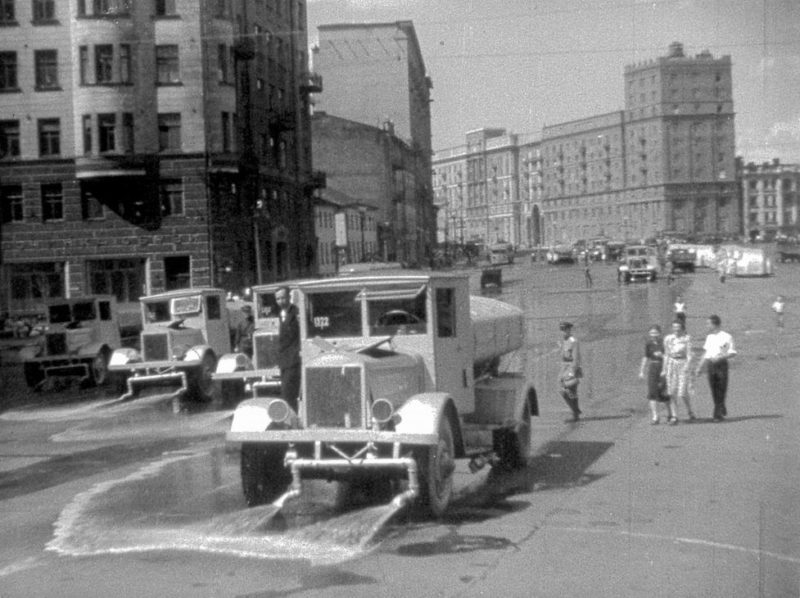 Поливочные машины смывают асфальт после немецкого марша.