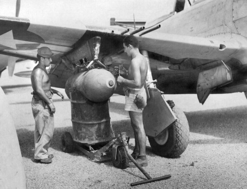 Подвеска бомб на самолет на авиабазе 201-й эскадрильи. 1945 г.