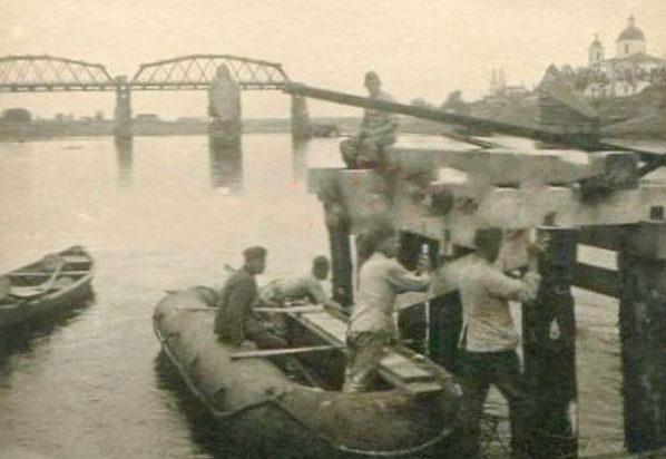 Немцы строят наплавной мост. 1941 г. Июль 1941 г.
