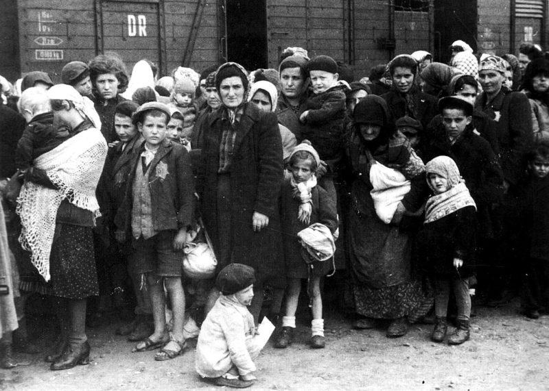 Венгерские евреи, депортированные в концлагерь Освенцим. Май 1944 г.