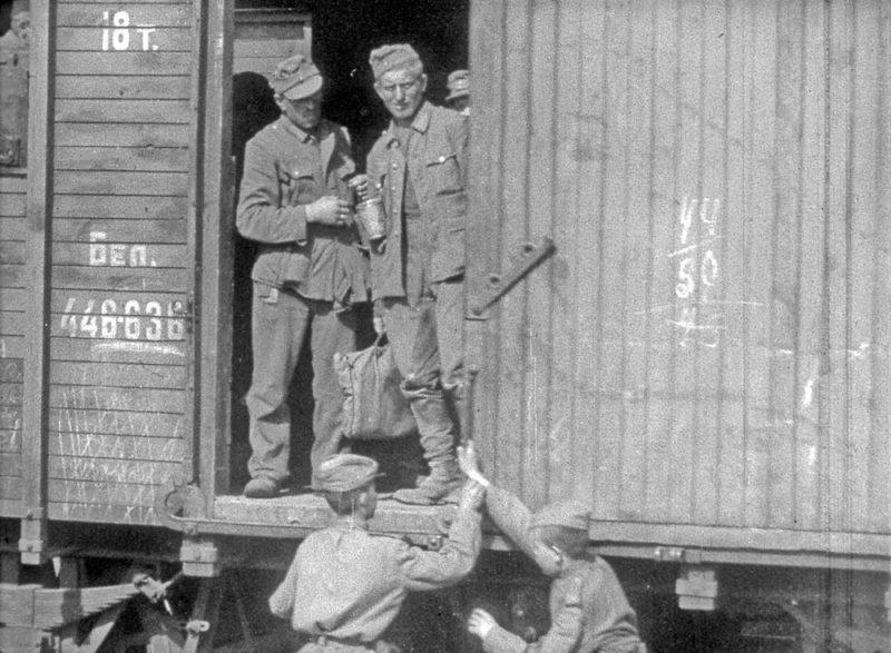 Пленных увозят в лагеря для постоянного размещения.
