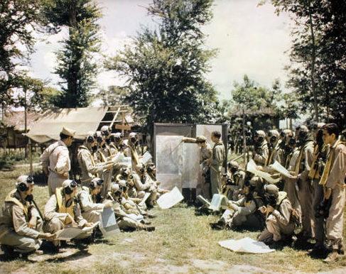 Инструктаж пилотов перед полетом. 1945 г.
