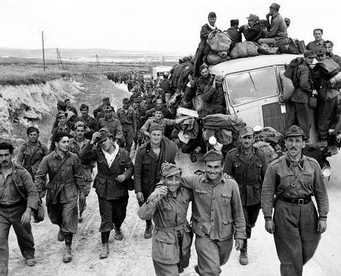 Итальянские заключенные, захваченные союзниками в Тунисе. 1942 г.