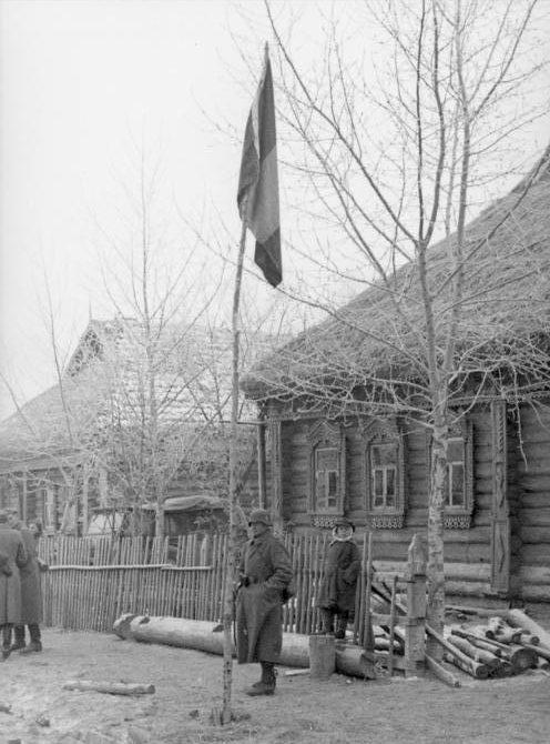 Солдаты 638-го французского добровольческого полка со знаменем под Москвой. Ноябрь 1941 г.