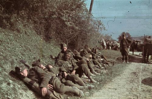 Венгерские солдаты на привале в северной Трансильвании. 1940 г.