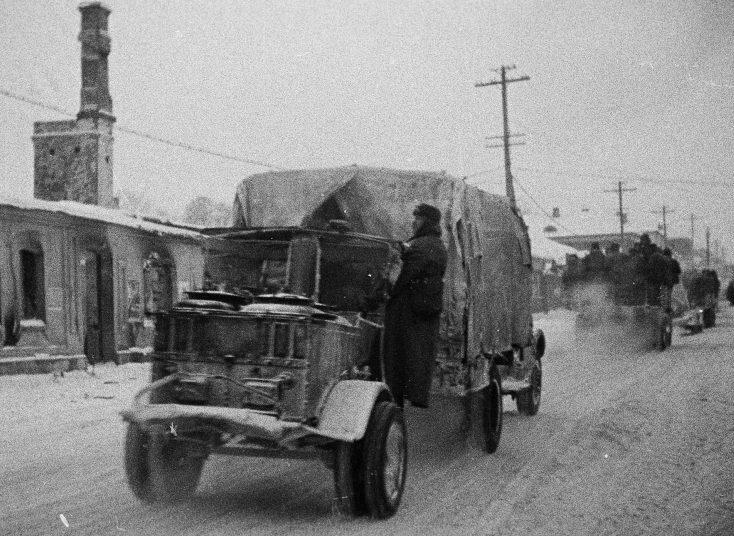 Колонна грузовиков движется по улице освобожденного Можайска. 20 января 1942 г.