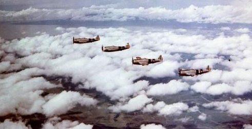 Строй истребителей 201-й эскадрильи над Филиппинами. 1945 г.