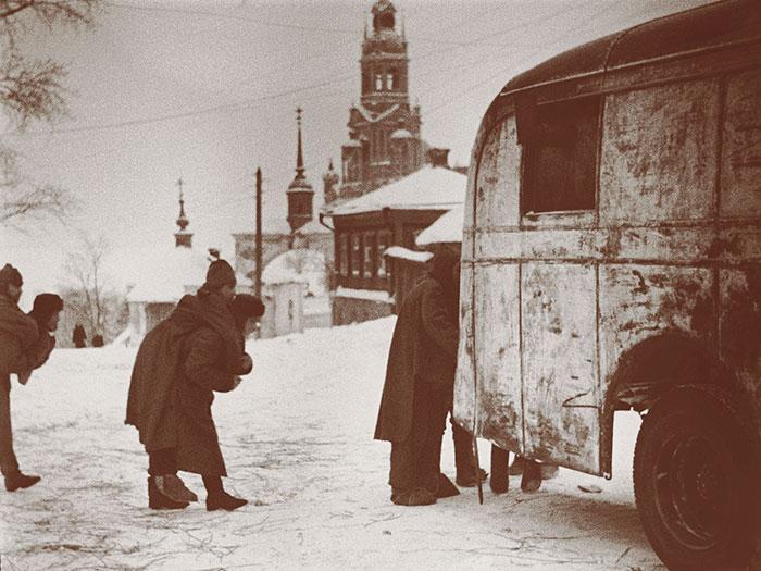Эвакуация раненых в боях за город. Январь 1942 г.