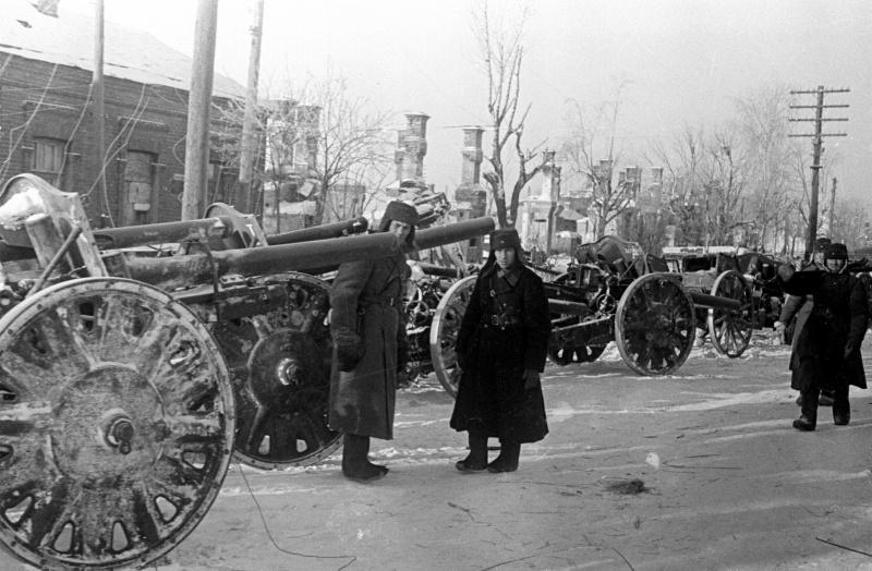 Захваченные немецкие 105-мм легкие полевые гаубицы в районе Можайска. Январь 1942 г.