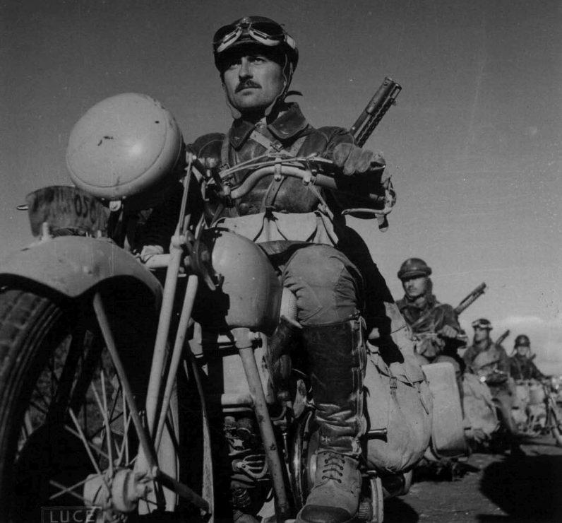 Итальянские мотоциклисты на марше в Восточной Африке. 1942 г.
