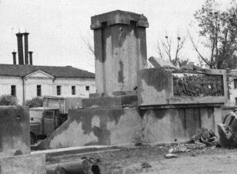Разрушенный памятник Ленину. Август 1941 г.