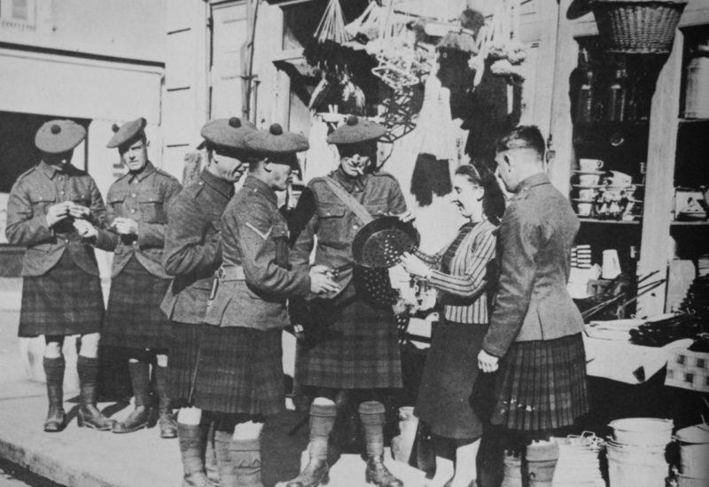 Солдаты полка шотландских горцев «Black Watch» покупают посуду у французской женщины. Октябрь 1939 г.