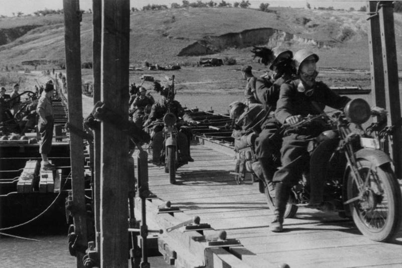 Итальянские берсальеры-мотоциклисты переправляются через реку Северский Донец. 1942 г.