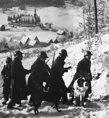 Французский патруль на границе в горах. Декабрь 1939 г.