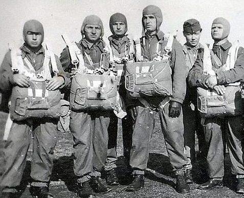 Венгерские десантники перед вылетом в Югославию. 10 апреля 1941 г.