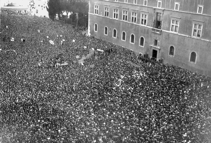Бенито Муссолини с балкона Палаццо Венеция объявляет о начале войны с Францией. Рим, 10 июня 1940 г.