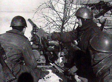 Расчет противотанкового орудия у реки Дон. Зима 1942 г.