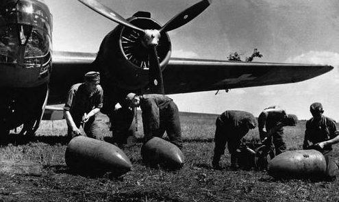 Венгерский бомбардировщик и экипаж перед вылетом в Югославию. 10 апреля 1941 г.