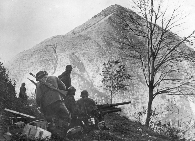 Солдаты СС ведут обстрел укреплений итальянских партизан в горах. Декабрь 1942 г.