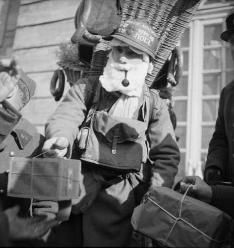 Французский солдат в роли Санта-Клауса, раздает рождественские подарки. 25 декабря 1939 г.