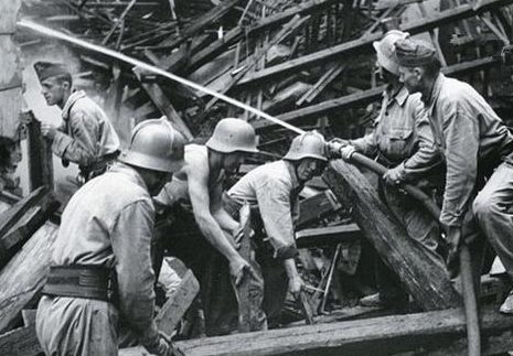 Пожарные за работой. Будапешт 1944 г.