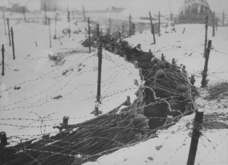 Французские пехотинцы в окопе на Западном фронте. Январь 1940 г.