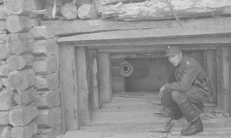 Финский солдат у захваченного дзота с казематной пушкой Л17 калибра 76,2-мм.