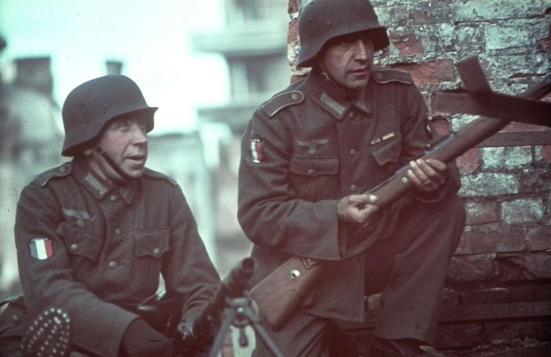 Солдаты «Легиона французских добровольцев против большевизма» в захваченном советском городе. 1941 г.