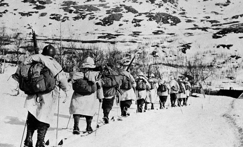 Французское лыжное подразделение во время патрулирования в районе Нарвика. Январь 1940 г.