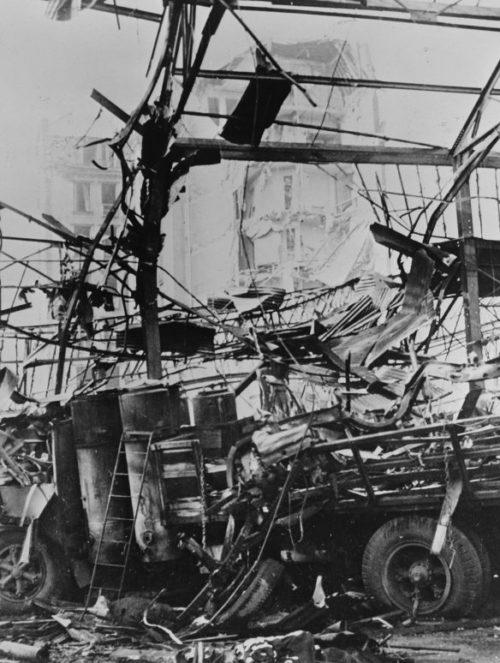 Руины цеха завода Рено в Париже, разрушенного после налета британской авиации. Март 1942 г.