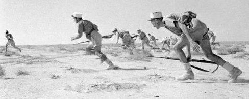 Иностранные легионеры атакуют позиции Оси во время битвы за Бир-Хаким. Май 1942 г.