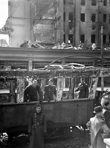 Офицеры венгерской армии у сгоревшего автомобиля в Белграде. Югославия, апрель 1941 г.