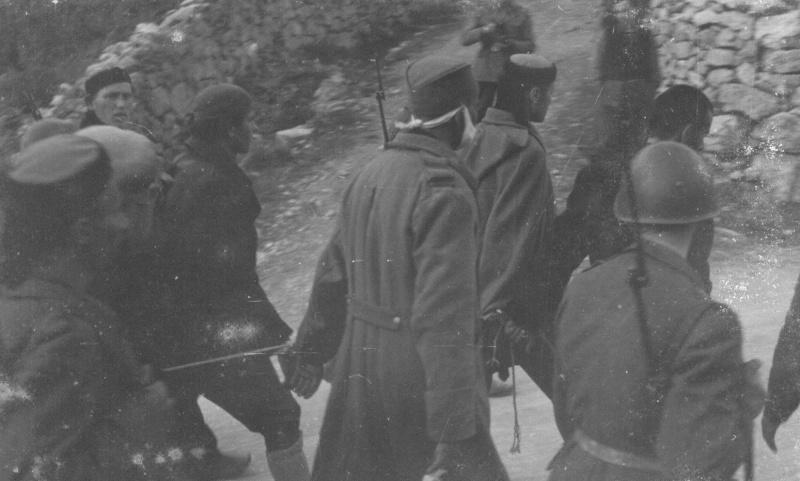 Итальянские солдаты ведут на расстрел югославских партизан. 1942 г.