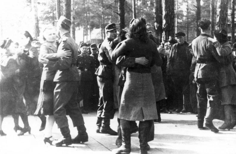 Немецкие солдаты танцуют с местными девушками в оккупированном Полоцке. 1943 г.