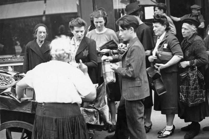 Евреи на улице Парижа. 29 июня 1942 г.