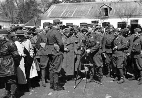 Венгерский военный корреспондент беседует с югославскими войсками. Югославия, апрель 1941 г.