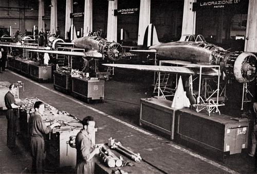 Линия сборки истребителей на заводе Breda в Сесто Сан Джованни. Июнь 1940 г.