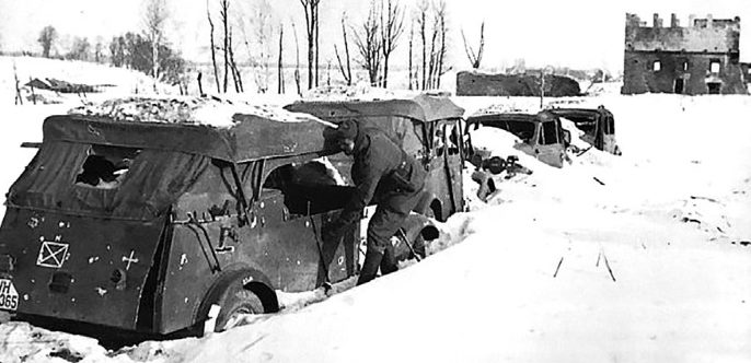 Разбитая немецкая автоколонна. Февраль 1942 г.