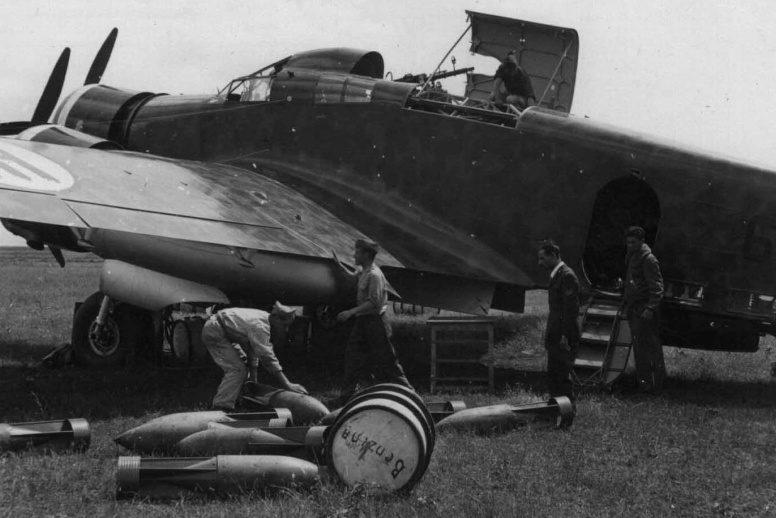 Загрузка бомб в итальянский бомбардировщик SM.79 «Sparviero». Июнь 1940 г.