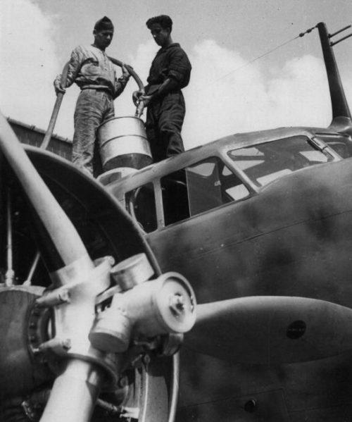 Заправка итальянского бомбардировщика Fiat BR.20 «Cicogna». Июнь 1940 г.