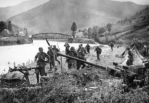Венгерская зенитная батарея в Карпатах. 1941 г.